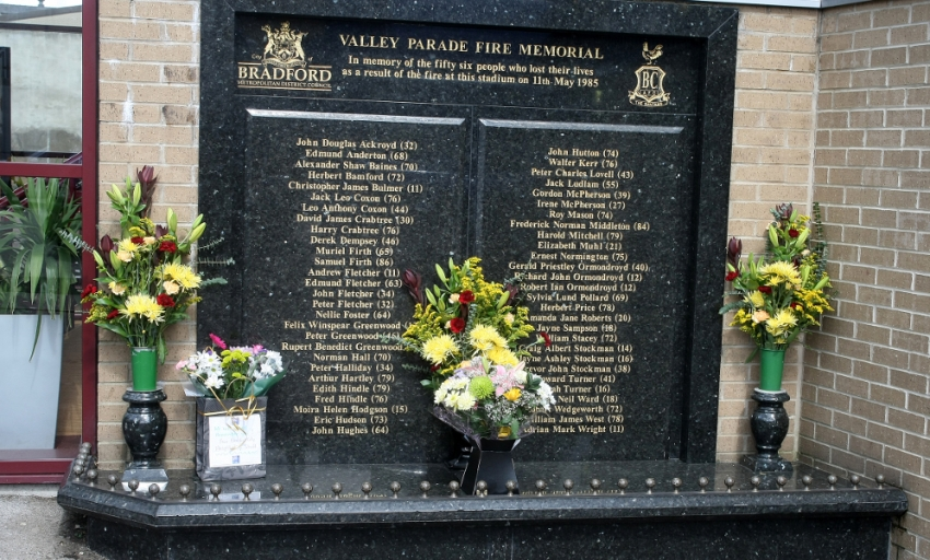 Reds pay respects to Bradford fire victims - Liverpool FC